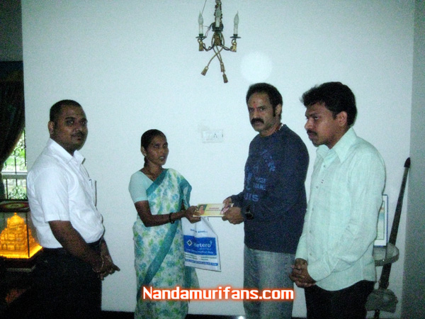 Balakrishna giving cheque to venus mother